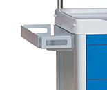 Bandeja metálica con bordes alto enganchada en la parte superior de u carro de medicación
