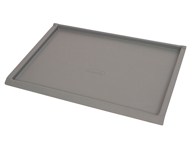 Bandeja plana color gris claro con paredes de 20 milímetros de alto.