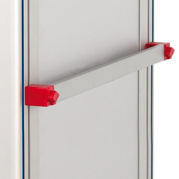 Dos barras de tubo de metal verticales con una barra de metal horizontal para accesorios en la parte superior del carro