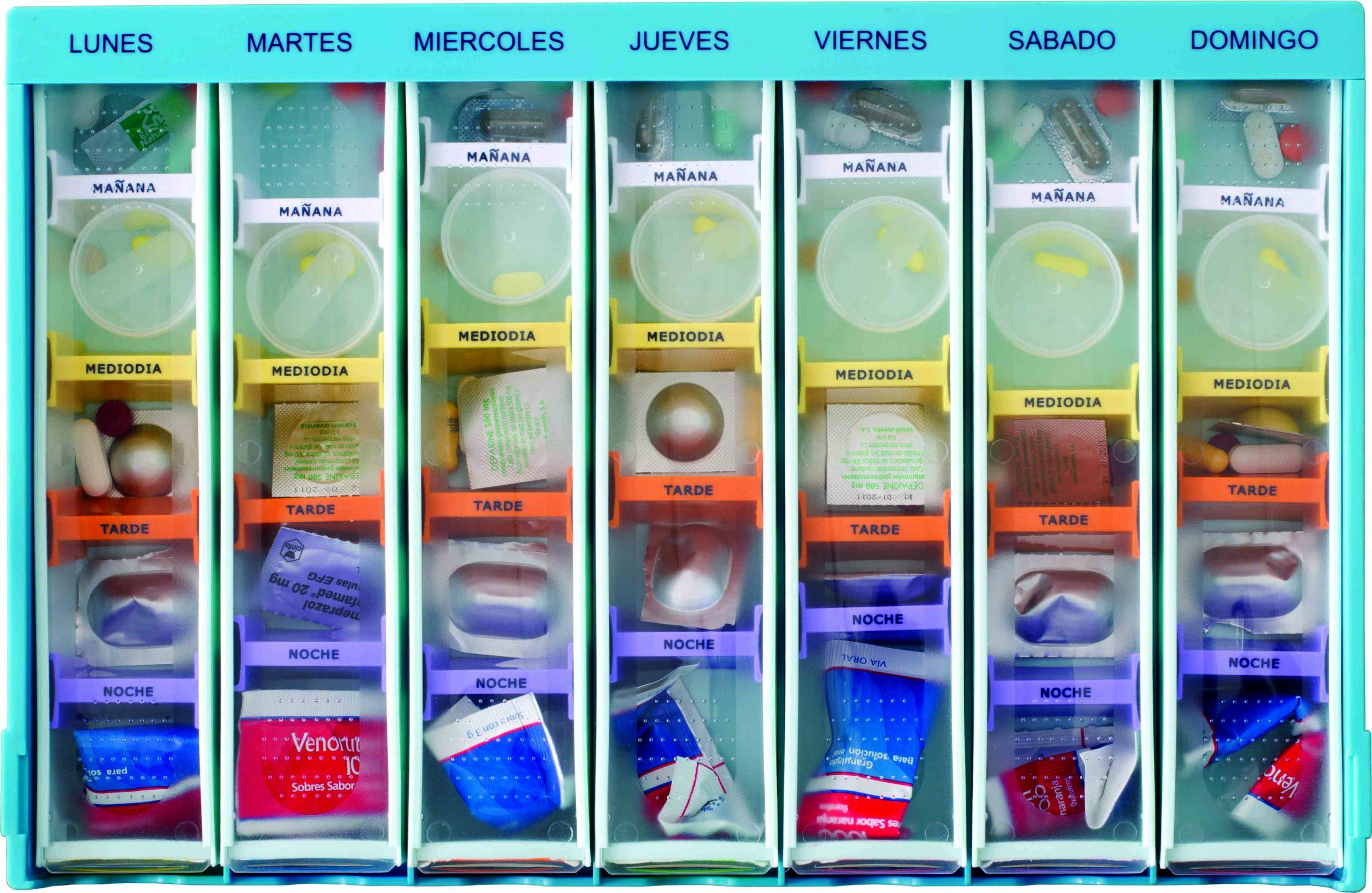 Bandeja semanal serigrafiada vista desde arriba con 7 pastilleros llenos de medicación separada por separadores de colores