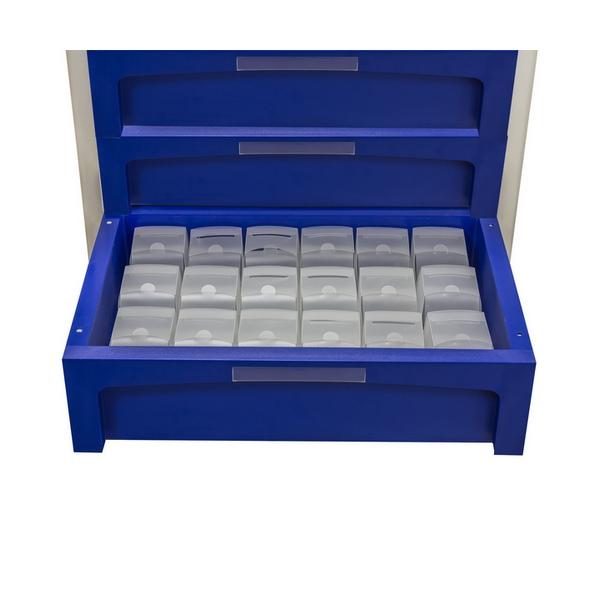 Carro de cajones azul con un cajón abierto y 18 cajas de robot transparentes en su interior