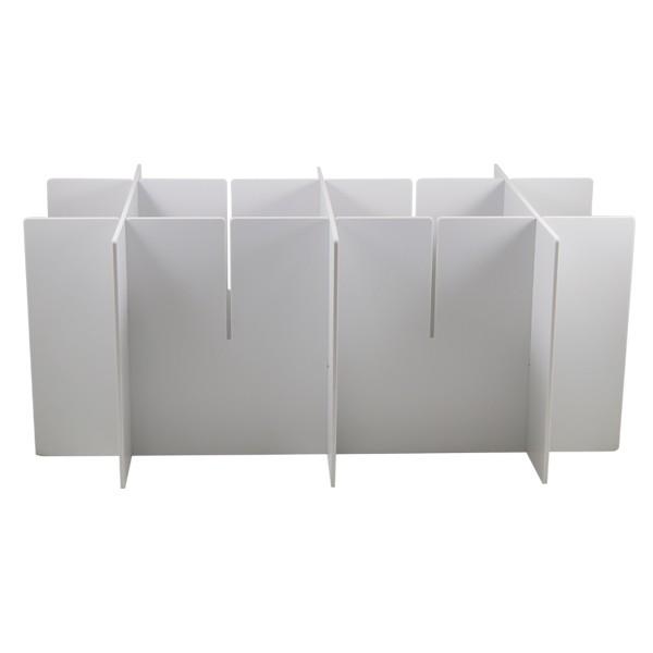 Estructura de metal blanca para porte de guantes con capacidad para tres cajas enganchada a barra porta accesorios