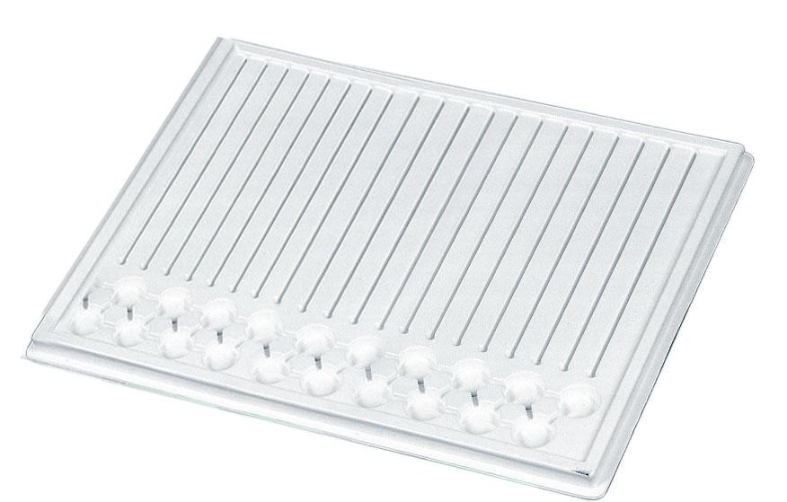 Bandeja de medicación blanca con ranuras para blister de medicamentos y hendiduras para apoyar vasitos de plástico